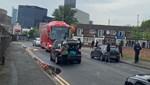 Taraftarlar otobüsün önünü kesti, lastiklerini patlattı!