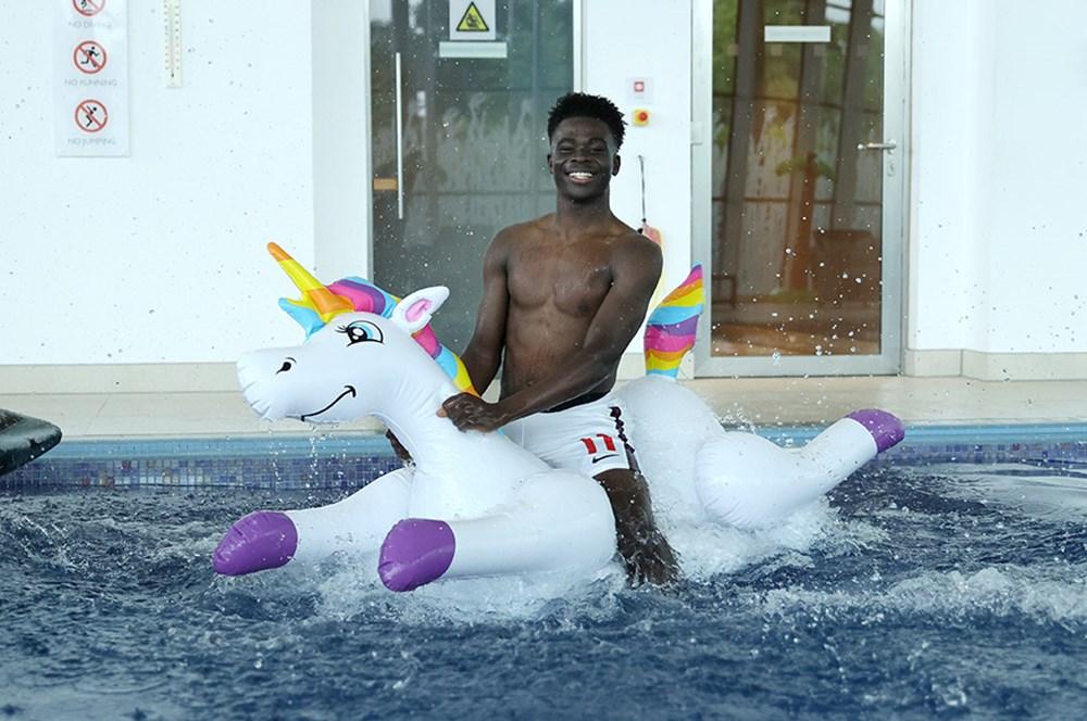 İngilizlerin unicorn'lu eğlencesi viral oldu!  - 5. Foto