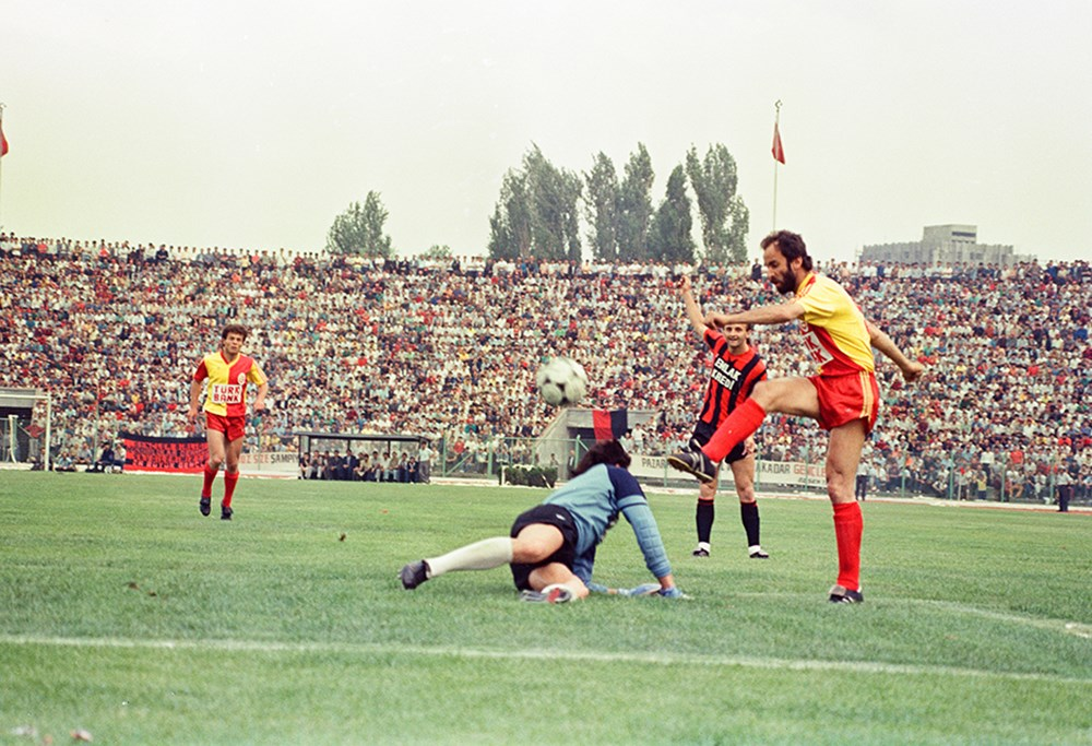 Galatasaray'ın unutulmaz futbolcusu Erhan Önal vefat etti  - 1. Foto